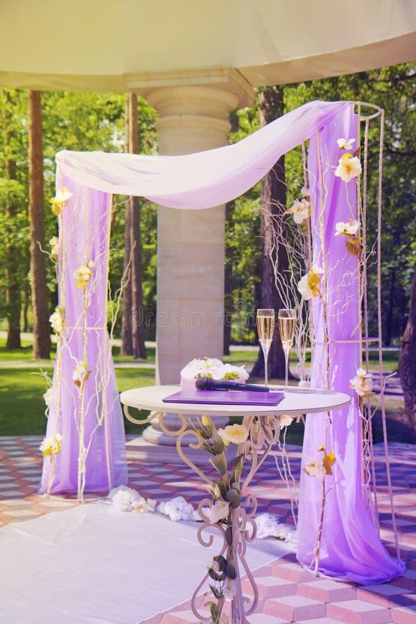 Den härliga bröllopgazeboen i sommar parkerar arkivbilder