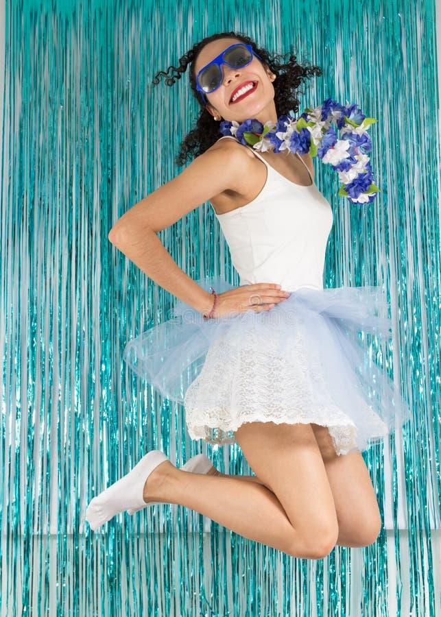 Den härliga brasilianen hoppar med lycka Tonårig flicka med Co royaltyfria bilder
