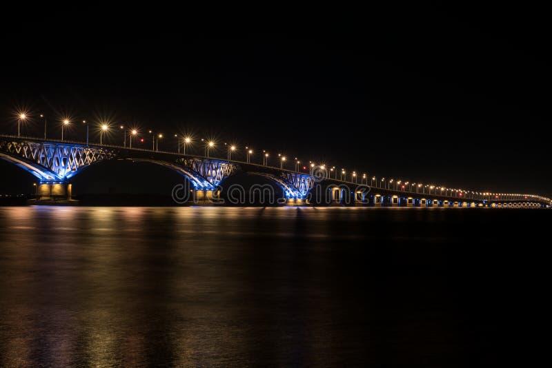 Den härliga bron i natt i ljus av lampor royaltyfria foton