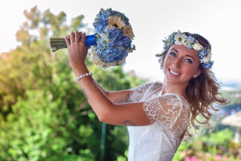 Den härliga bruden att gifta sig på stranden, Bali bröllop för brudceremoniblomma royaltyfri foto
