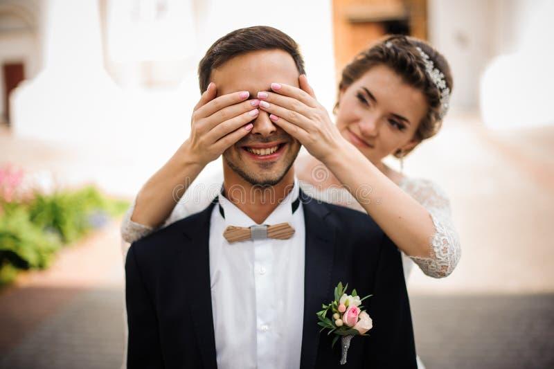 Den härliga bruden med rosa manikyr stänger coquettishly ögonen royaltyfri bild