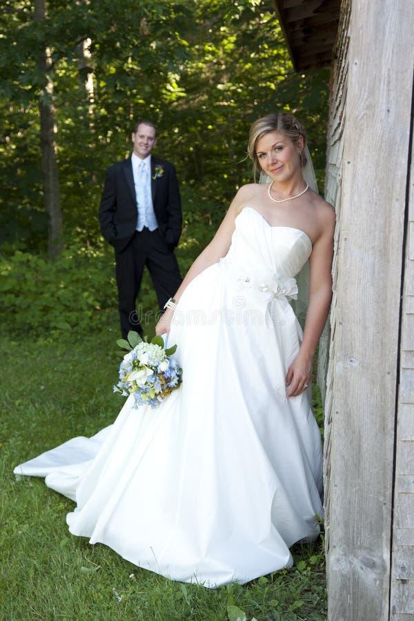 Den härliga bruden poserar och makan fotografering för bildbyråer