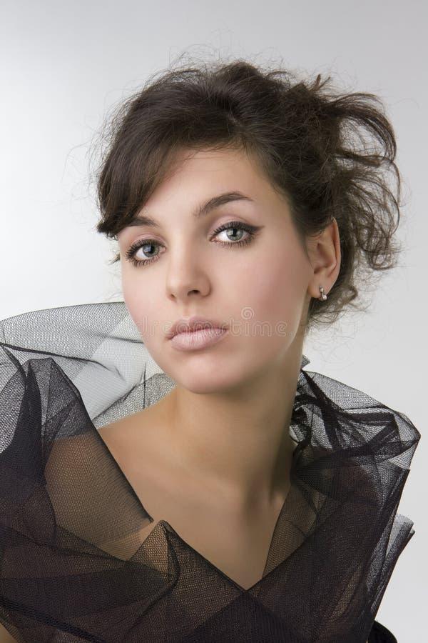 den härliga brunetten krullar flickamodellen arkivbild