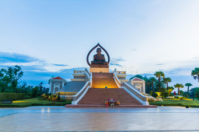 Den härliga Buddha sitter i borggården av templet i arkivfoto