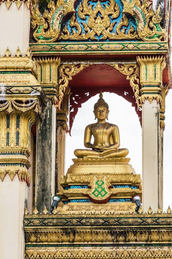 Den härliga buddha statyn i tempel renoveras I himlen med molnen arkivfoto