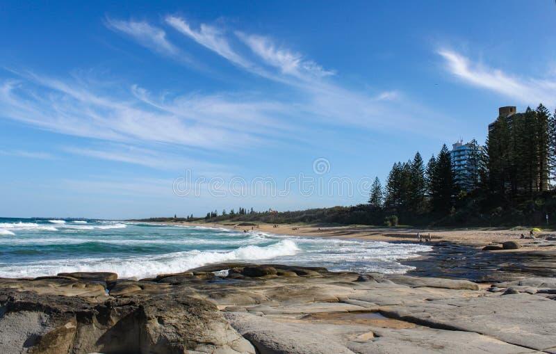 Den härliga Buddina stranden på solskenkusten av Australien med härligt turkosvatten och unidentifiableefolket down beacen arkivbilder