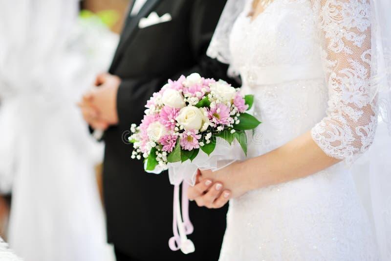 den härliga bukettbruden blommar holdingbröllop royaltyfria foton