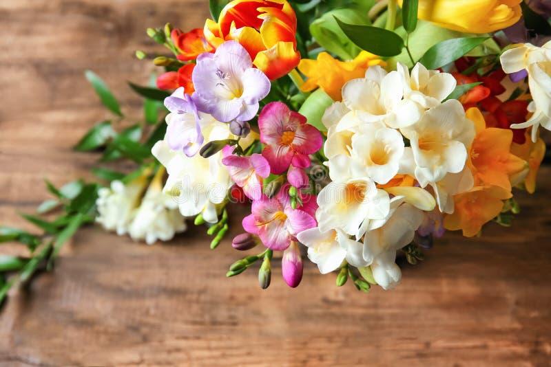 Den härliga buketten av freesia blommar på tabellen, arkivbild