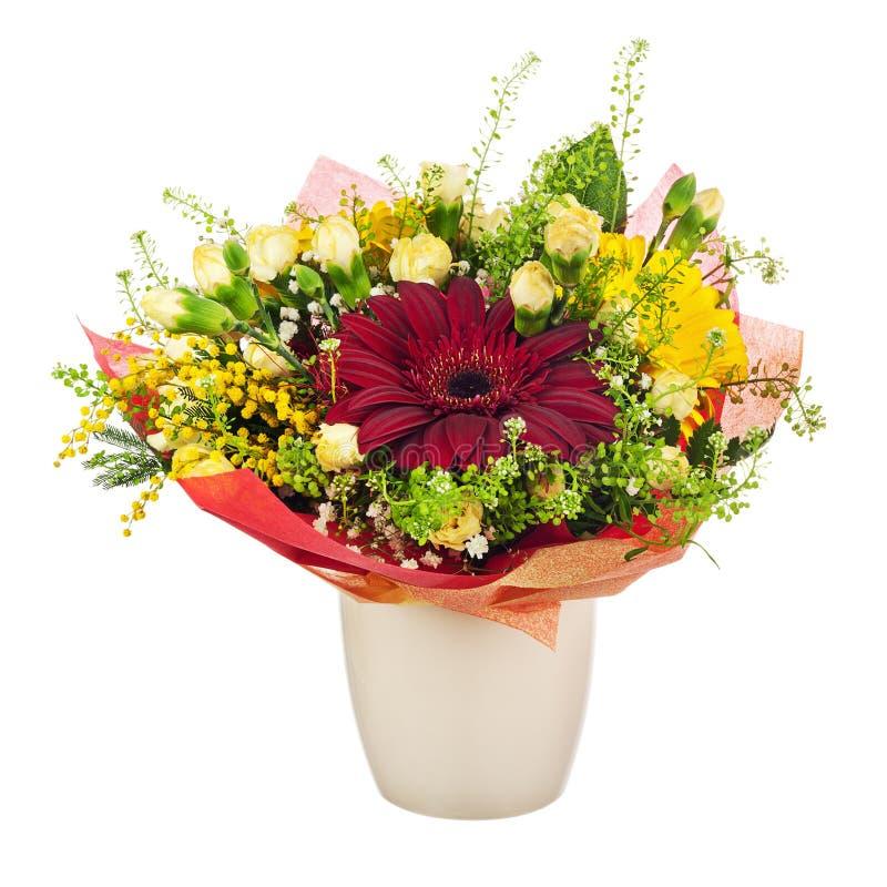 Den härliga buketten av gerberaen, nejlikor och annan blommar i va arkivfoton
