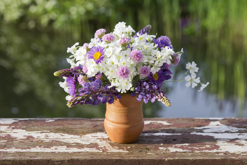 Den härliga buketten av vit- och lilaträdgården blommar royaltyfria bilder