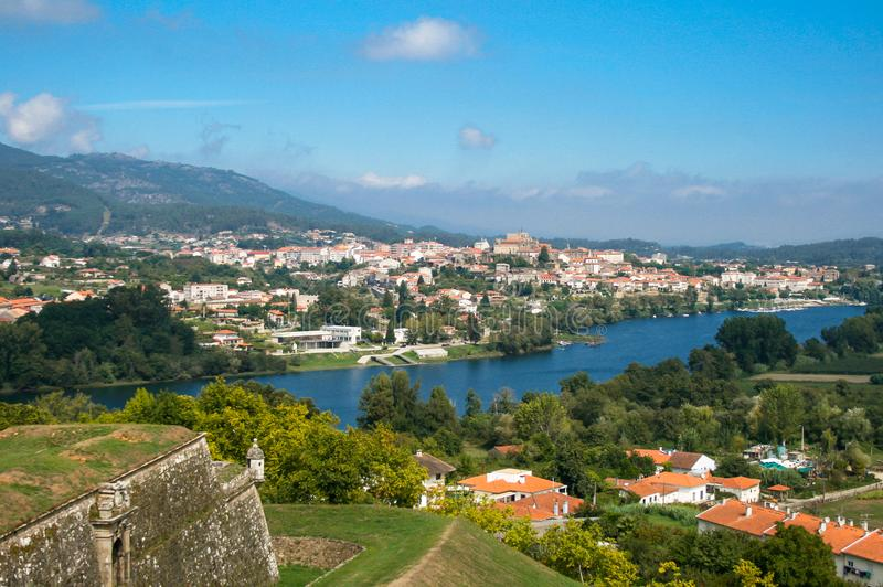 Den härliga byn, Valença gör Minho, Portugal Fortet, floden och den härliga himlen fotografering för bildbyråer