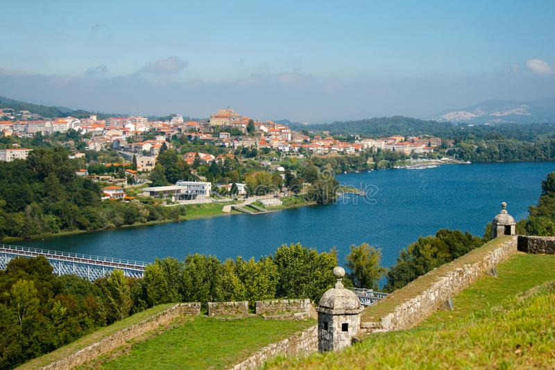 Den härliga byn, Valença gör Minho, Portugal Fortet, floden och den härliga himlen royaltyfria bilder