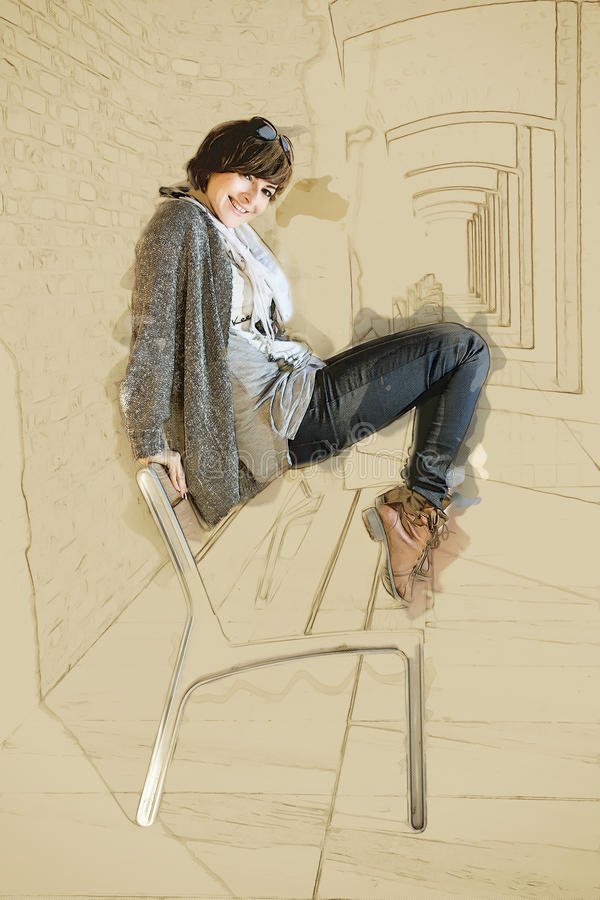 Den härliga caucasian kvinnan som poserar på bänken, skissar arkivfoton