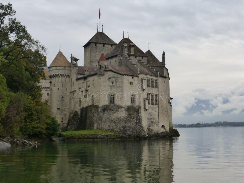 Den härliga Chillon slotten på sjön geneva arkivbild