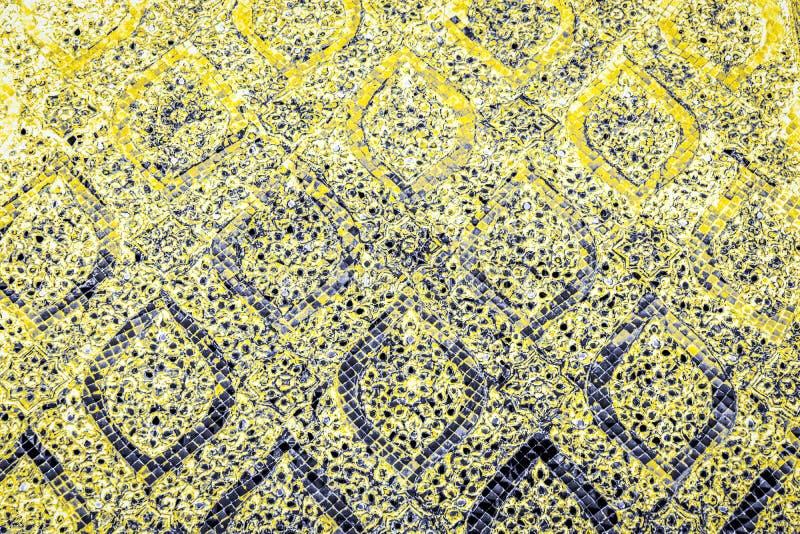 Den härliga closeupen texturerar abstrakta tegelplattor och gula guld- orange blått för färg och glad bakgrund för exponeringsgla arkivfoto