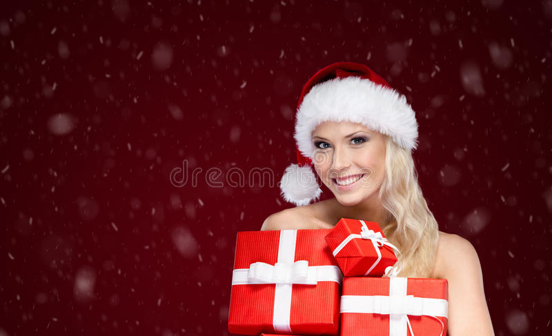 Den härliga damen i jullock rymmer en uppsättning av gåvor royaltyfria bilder