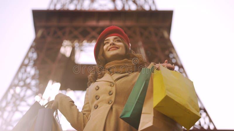 Den härliga damen som har lyckad shopping i Paris som är shopaholic med många, hänger löst royaltyfria bilder