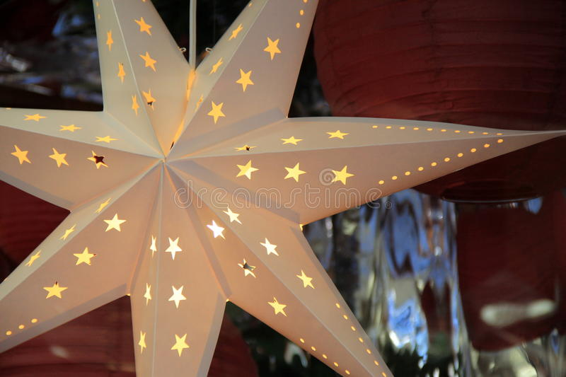 Den härliga detaljen i utklippstjärnaprydnaden som in hänger, shoppar fönstret royaltyfria bilder