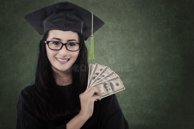 Den härliga doktoranden får pengar fotografering för bildbyråer