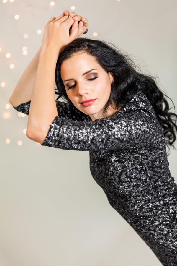 Den härliga drömlika kvinnan med blänker klänningdans arkivfoton
