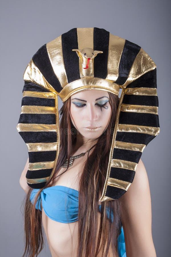 Den härliga egyptiska kvinnan gillar cleopatra royaltyfria foton