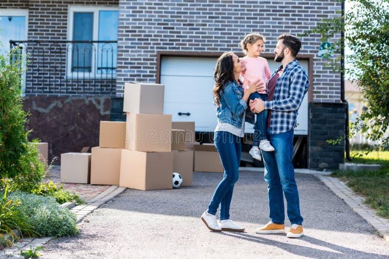 den härliga familjen av det nya huset med många boxas framme anseende på bana arkivfoton