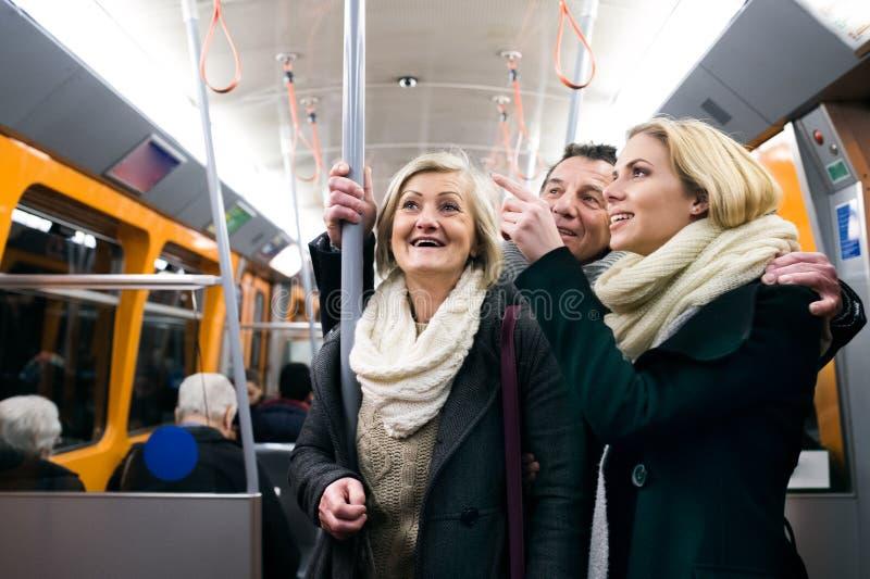 Den härliga familjen i vinter beklär resande med gångtunneldrevet royaltyfria bilder