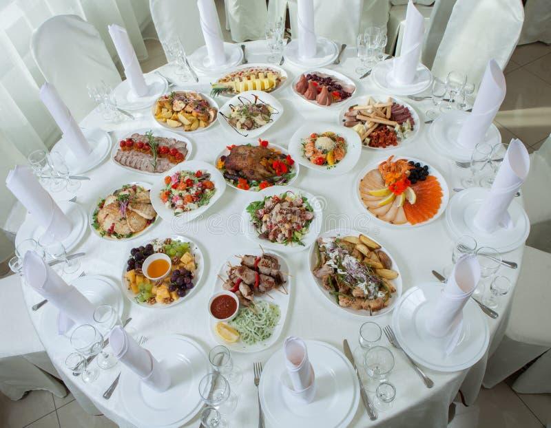 Den härliga festliga tabellen tjänade som för att gifta sig berömmatställen hemma eller restauranginre Tabell mycket av mat p? en arkivbilder