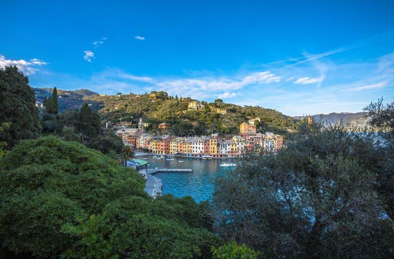 Den härliga fjärden av det Portofino fiskeläget, lyxig hamn, Ligurian kust nära Genua, Italien royaltyfria bilder