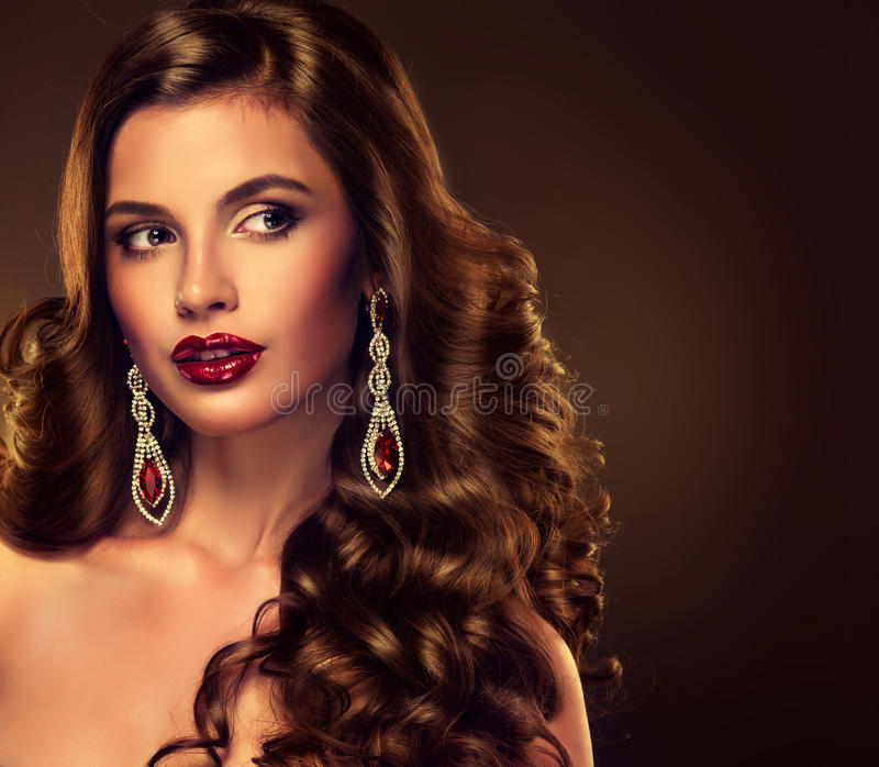 Den härliga flickamodellen med lång brunt krullade hår royaltyfri fotografi