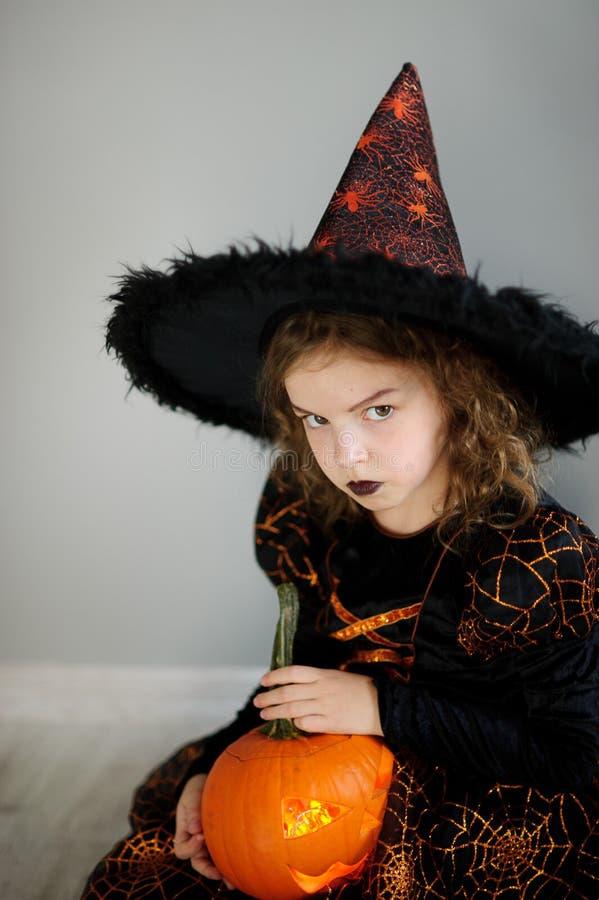 Den härliga flickan av 8-9 år avbildar in den onda fen royaltyfri foto