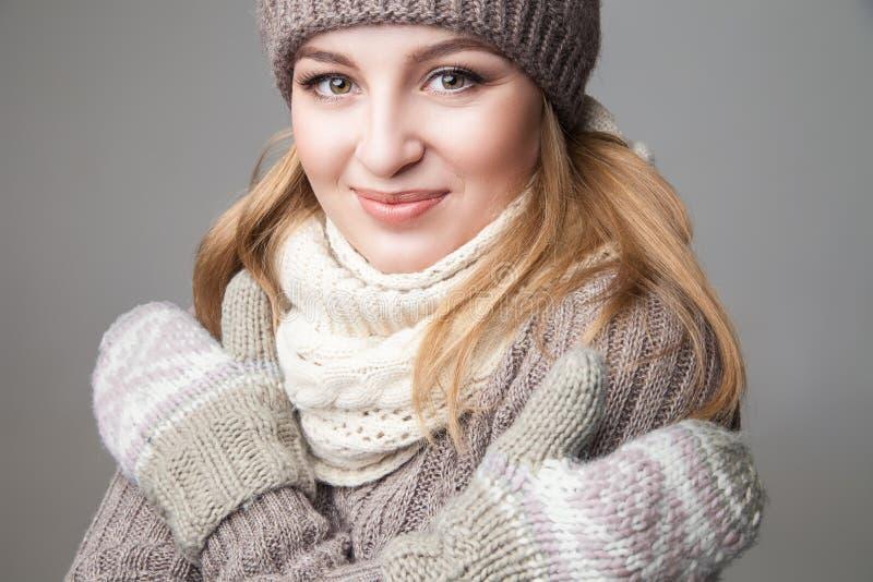 Den härliga flickan bär vinterhalsduken och tumvanten royaltyfri foto