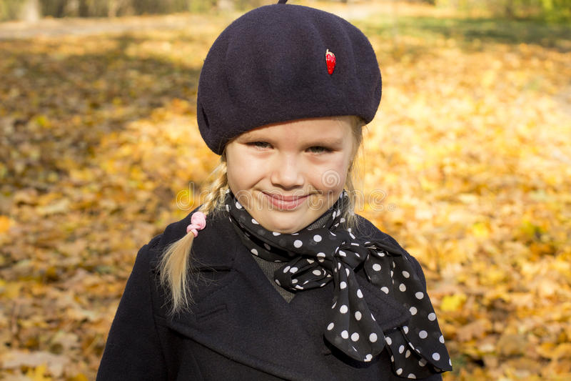 Den härliga flickan går i parkera royaltyfria foton