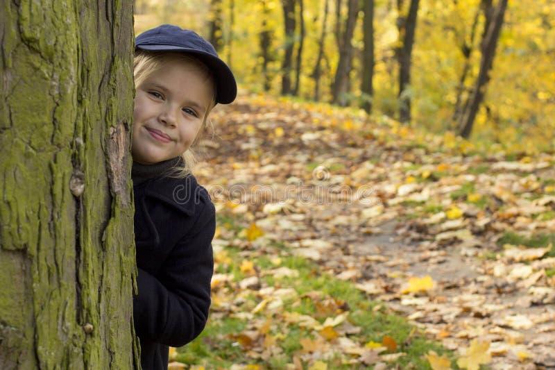 Den härliga flickan går i parkera royaltyfri fotografi