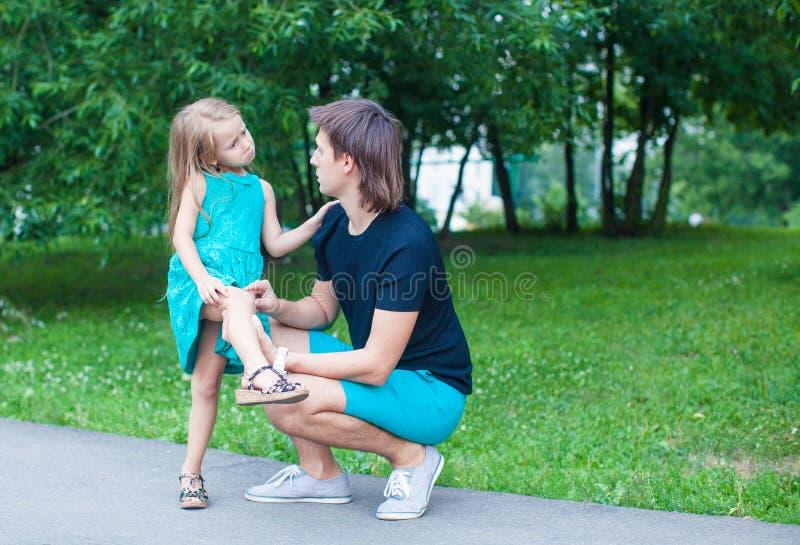 Den härliga flickan gör ont hennes ben, rubbningfaderånger royaltyfria bilder
