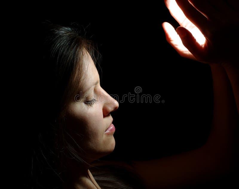 den härliga flickan hands lampa royaltyfri foto