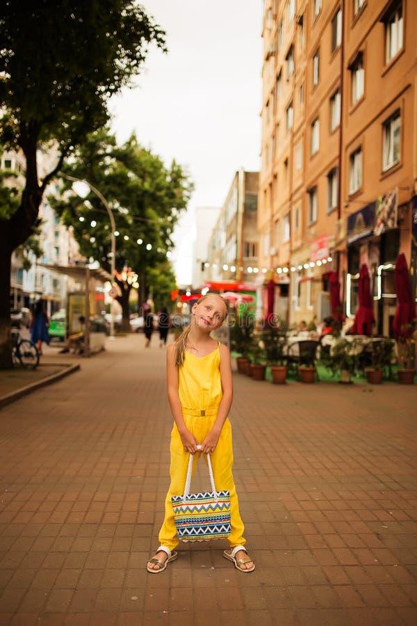 Den härliga flickan i gul kläder för sommar för går i staden av Batumi Lyckligt tycka om för kvinna går i den älskvärda Batumien, arkivfoto