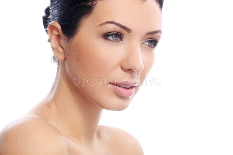 Den härliga flickan med allvarlig blick och gör perfekt hud royaltyfri bild
