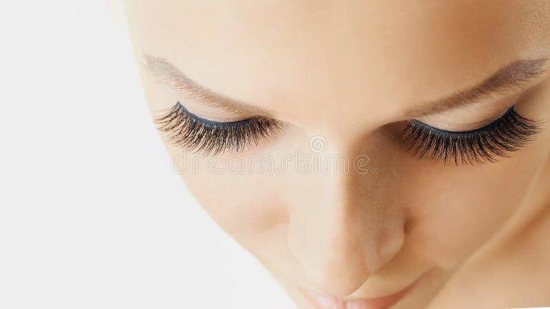 Den härliga flickan med långa falska ögonfrans och gör perfekt hud Ögonfransförlängningar, cosmetology, skönhet och hudomsorg arkivfoto