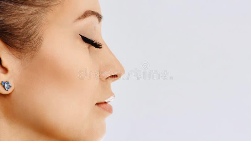 Den härliga flickan med långa falska ögonfrans och gör perfekt hud Ögonfransförlängningar, cosmetology, skönhet och hudomsorg arkivbild
