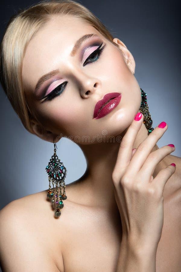 Den härliga flickan med ljust rosa smink och gör perfekt hud Härlig le flicka Festlig bild royaltyfri fotografi
