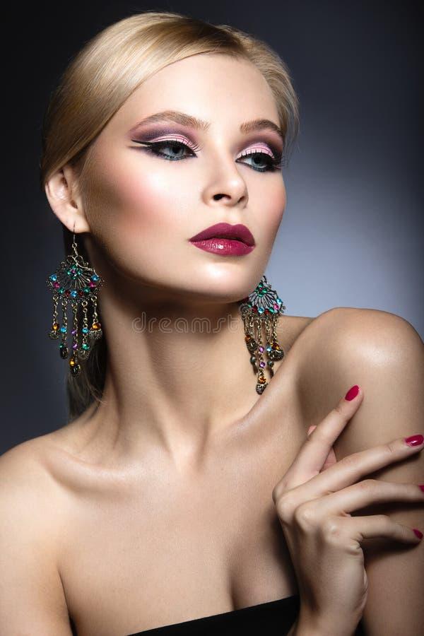 Den härliga flickan med ljust rosa smink och gör perfekt hud Härlig le flicka Festlig bild arkivbild