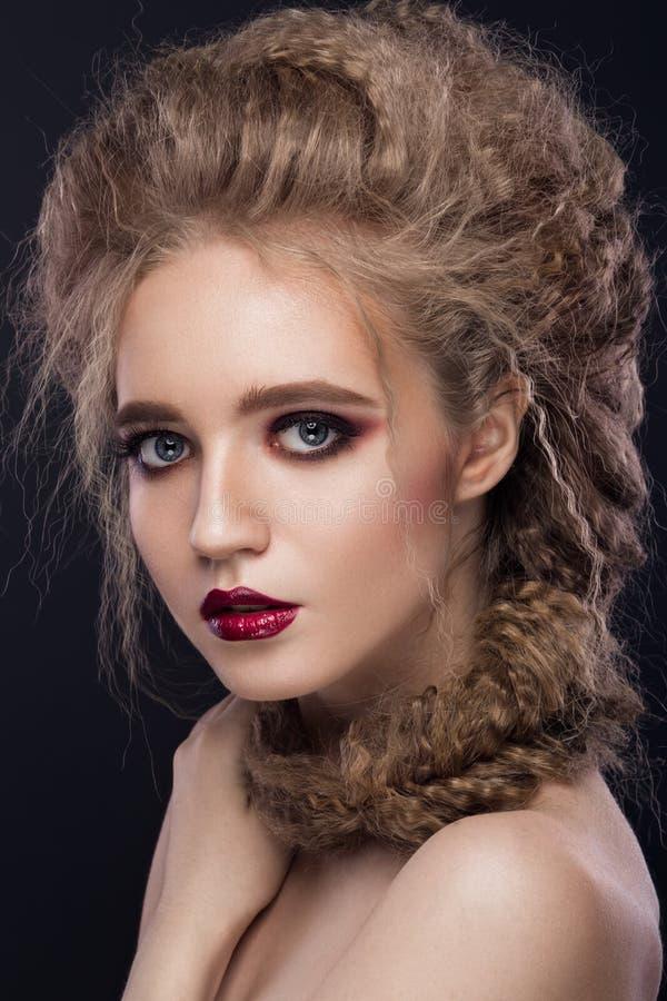 Den härliga flickan med ljust smink, gör perfekt hud arkivbild