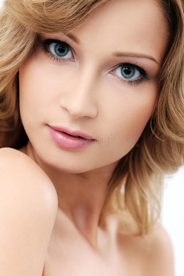 Den härliga flickan med rengöring och gör perfekt hud royaltyfri foto