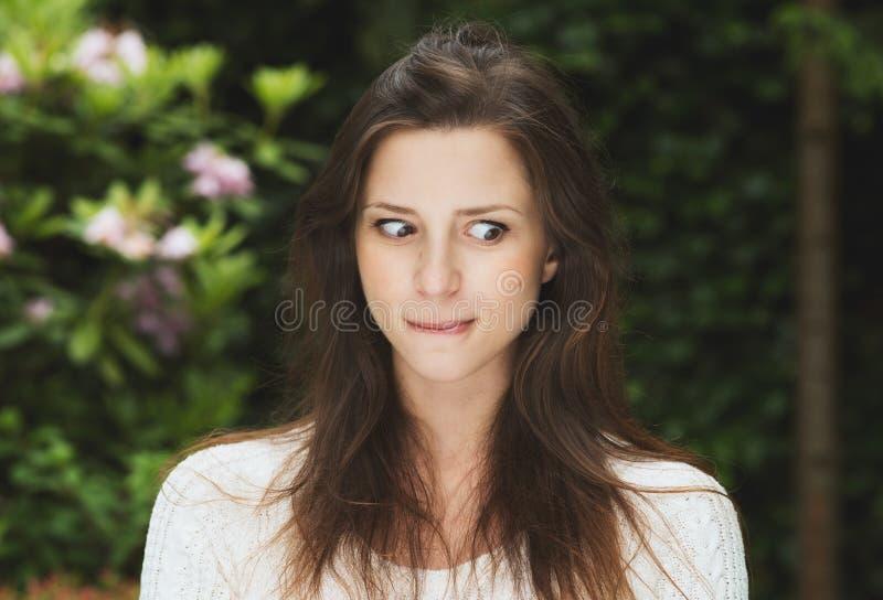 Den härliga flickan med utomhus- mörkt hår har gyckel royaltyfri foto