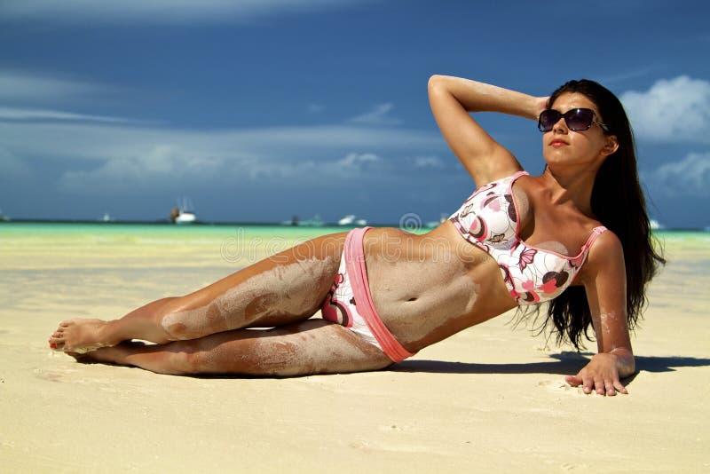 Flickan på en strand royaltyfri foto