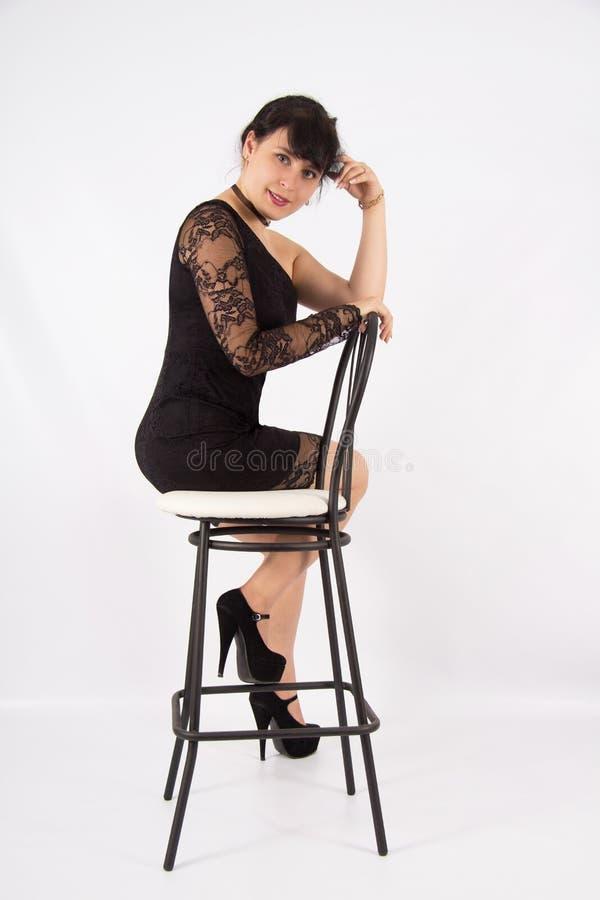 Den härliga flickan snör åt in klänningen royaltyfria foton