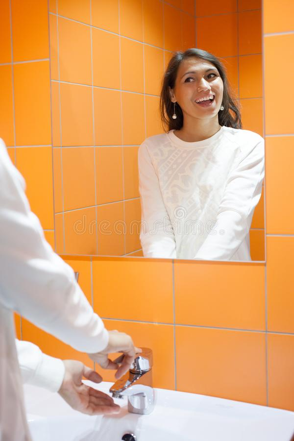 Den härliga flickan tvättar hennes händer hygien arkivbilder