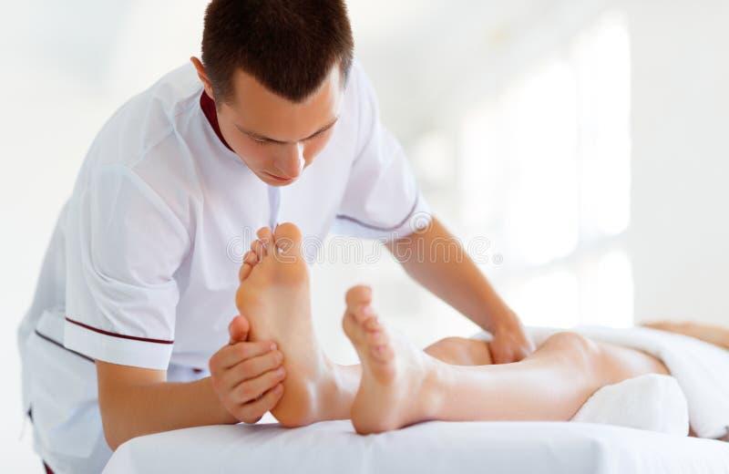Den härliga flickan tycker om massage- och brunnsortbehandlingar arkivbilder