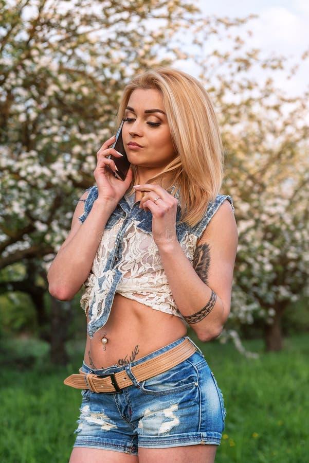 den härliga flickatelefonen talar royaltyfri bild